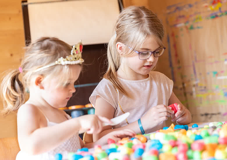 Two girls are playing with PlayMais.