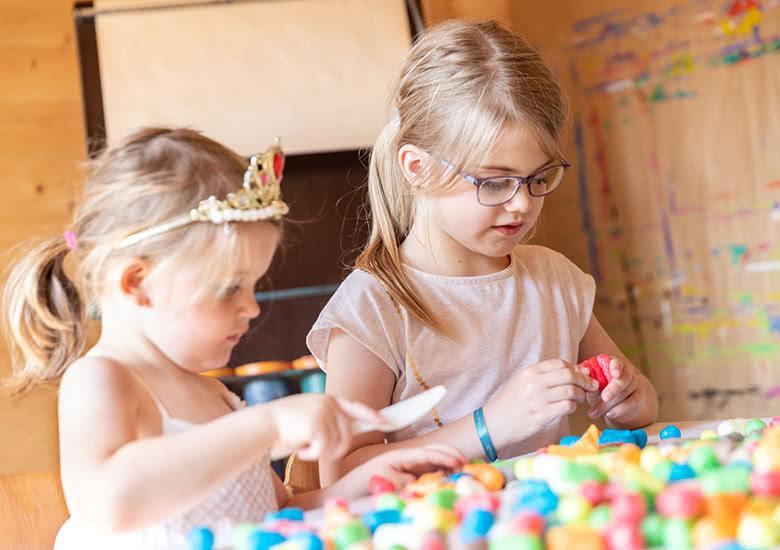 Zwei Mädchen spielen mit PlayMais